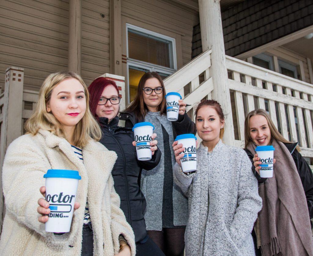 Kuvassa on Lääkislinjan opiskelijoita, viisi nuorta naista.